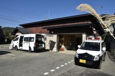 長野県警察本部:救助・復旧の様子(20191105_被災した豊野町交番に移動交番車を設置して業務を行っている状況)